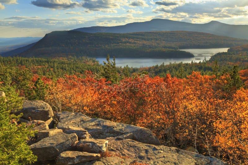 Sonnenuntergang-Felsen übersehenc$norden-c$süden-see lizenzfreie stockfotografie