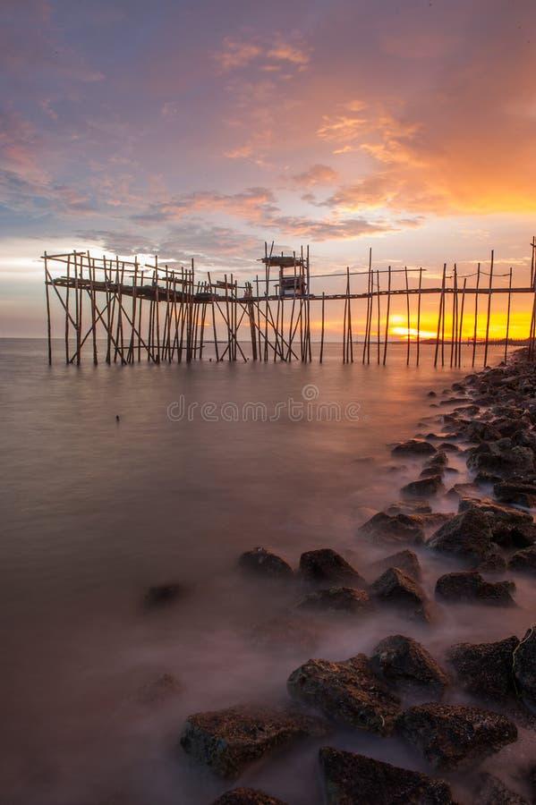 Sonnenuntergang-Fischen-Plattform stockbild