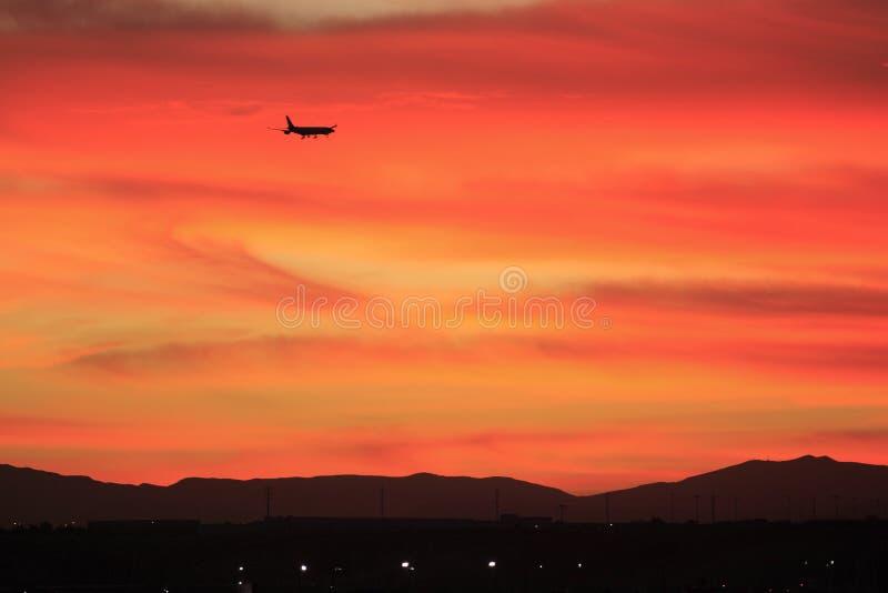 Sonnenuntergang-Flug lizenzfreie stockbilder