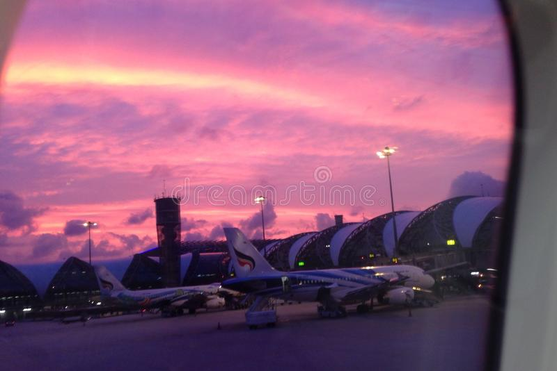 Sonnenuntergang am Flughafen lizenzfreies stockbild