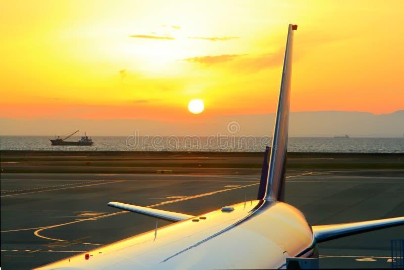 Sonnenuntergang am Flughafen stockfoto