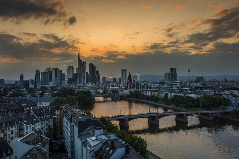 Sonnenuntergang an Frankfurt- am Mainskylinen stockfotos