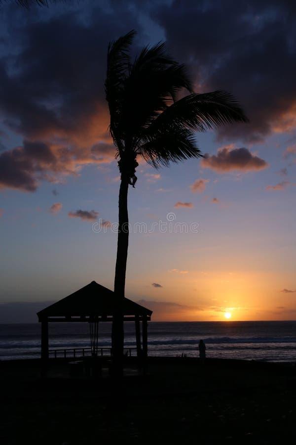 Sonnenuntergang in frensh Insel lizenzfreie stockfotos