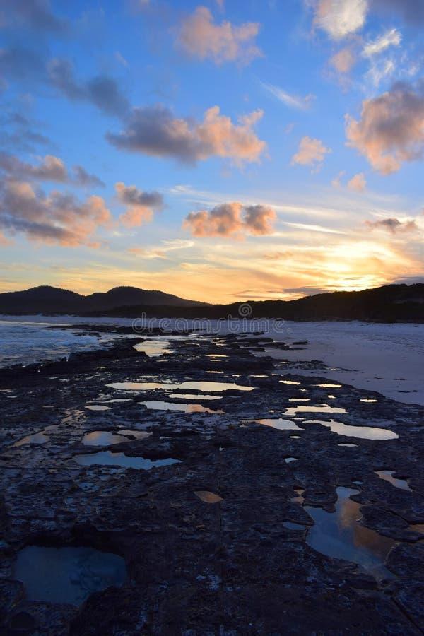 Sonnenuntergang am freundlichen Strand, Tasmanien, Australien stockfotografie