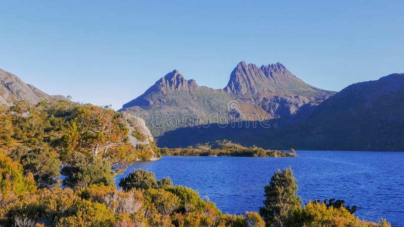Sonnenuntergang geschossen vom Wiegenberg mit Gletscherfelsen und vom Taubensee in Tasmanien stockbilder