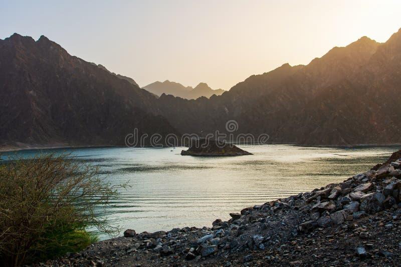 Sonnenuntergang am Hatta Dam See in Dubai-Emirat von UAE stockfoto