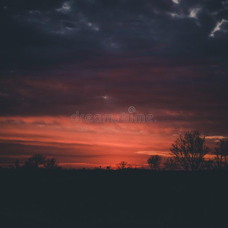 Sonnenuntergang heraus im Land lizenzfreies stockfoto