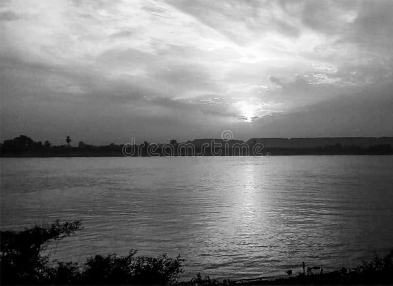 Sonnenuntergang-Himmel ?ber Nil Luxor, ?gypten - Schwarzes und Whit lizenzfreie stockfotos