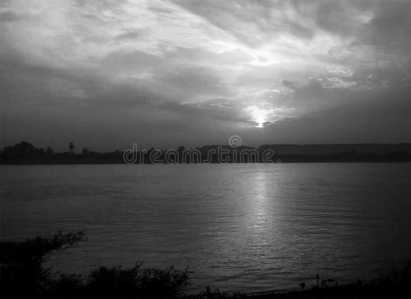 Sonnenuntergang-Himmel ?ber Nil Luxor, ?gypten - Schwarzes und Whit lizenzfreie stockbilder