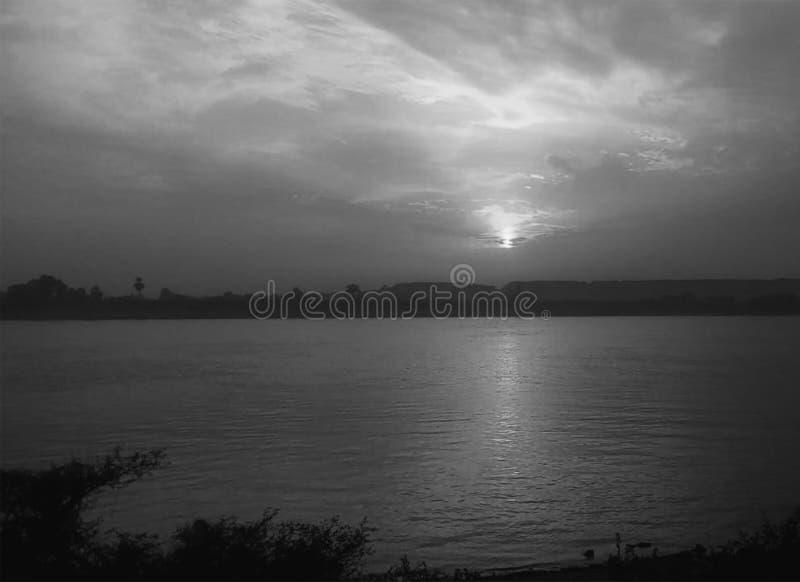 Sonnenuntergang-Himmel ?ber Nil Luxor, ?gypten - Schwarzes und Whit stockfotos