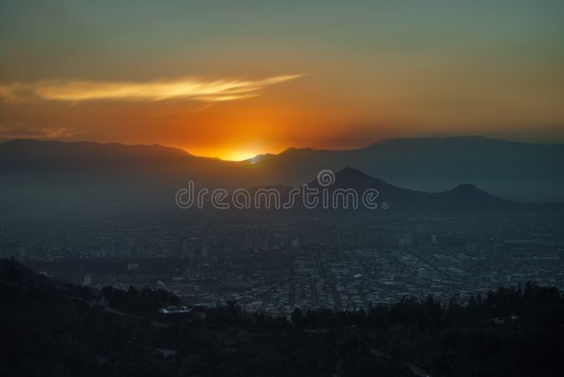 Sonnenuntergang hinter den Bergen von Santiago de Chile lizenzfreie stockbilder