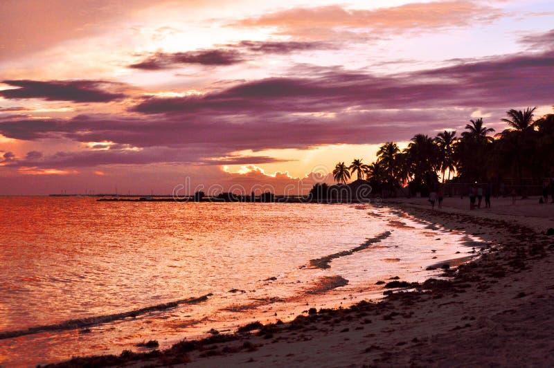 Sonnenuntergang hinter den Wolken lizenzfreie stockfotos