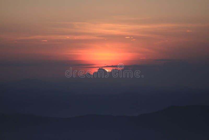 Sonnenuntergang hinter Wolken stockfotos