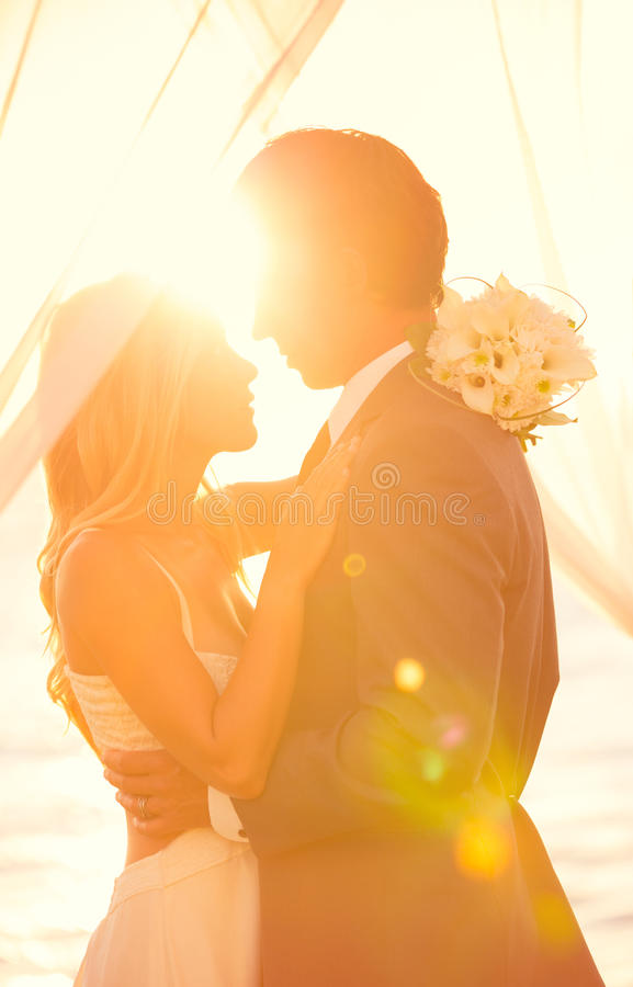 Sonnenuntergang-Hochzeit lizenzfreies stockbild