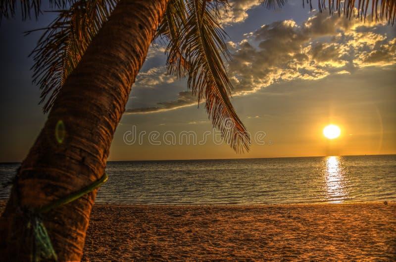 Sonnenuntergang an Ifaty-Strand, Madagaskar lizenzfreie stockfotografie