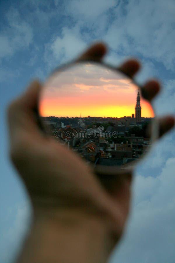 Sonnenuntergang in Ihrer Hand lizenzfreie stockfotos