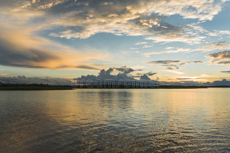 Sonnenuntergang im Amazonas-Fluss stockbild
