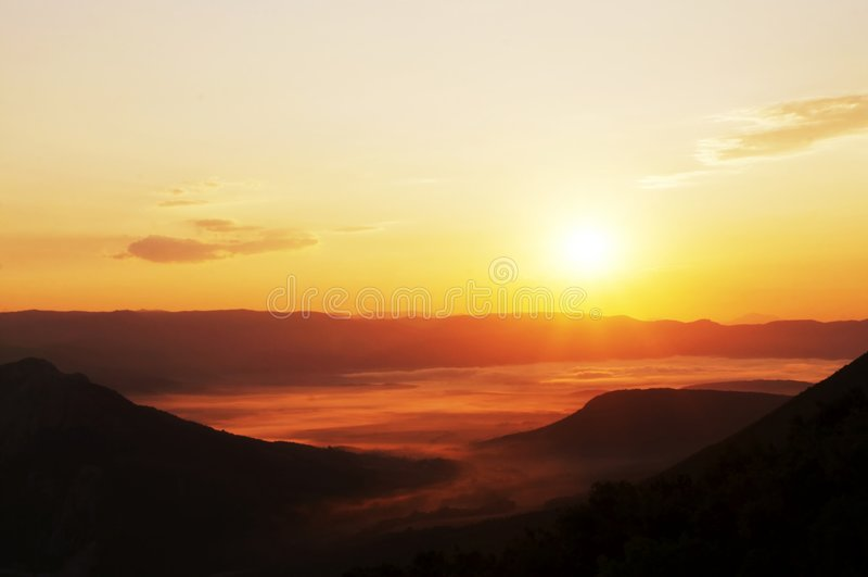 Sonnenuntergang im Berg lizenzfreie stockbilder