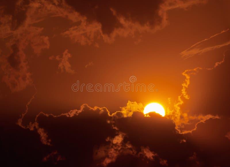 Sonnenuntergang im bewölkten Wetter lizenzfreie stockfotos