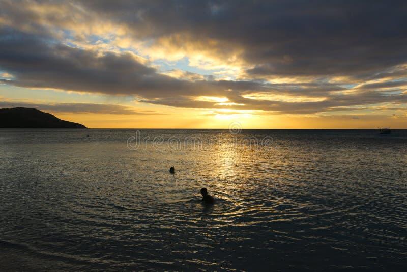 Sonnenuntergang im blauen Lagunen-Strand in der Insel von Nacula, Yasawa, Fidschi stockfotos