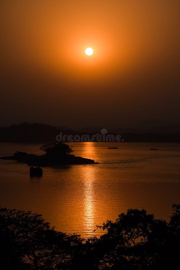 Sonnenuntergang im Brahmaputra lizenzfreie stockfotografie