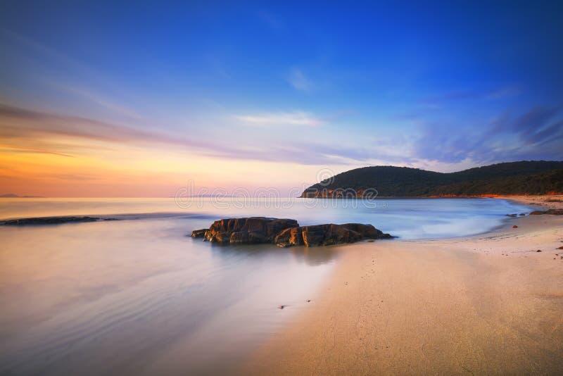 Sonnenuntergang im Buchtstrand Calas Violina in Maremma, Toskana Mediterran lizenzfreie stockfotos