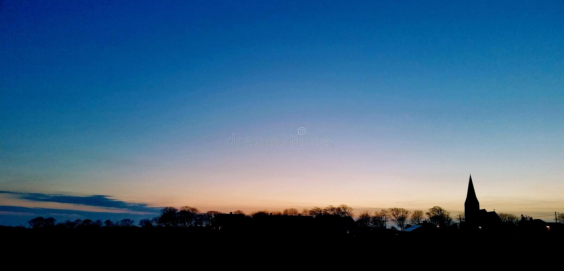 Sonnenuntergang im Dorf lizenzfreies stockfoto