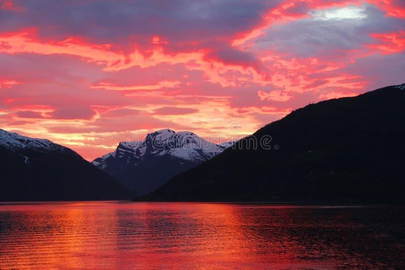 Sonnenuntergang im Fjord von Norwegen lizenzfreie stockfotografie