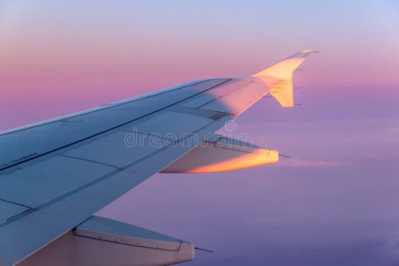 Sonnenuntergang im Flug lizenzfreies stockfoto