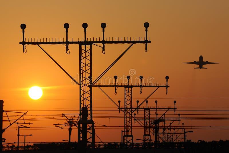 Sonnenuntergang im Flughafen lizenzfreie stockbilder