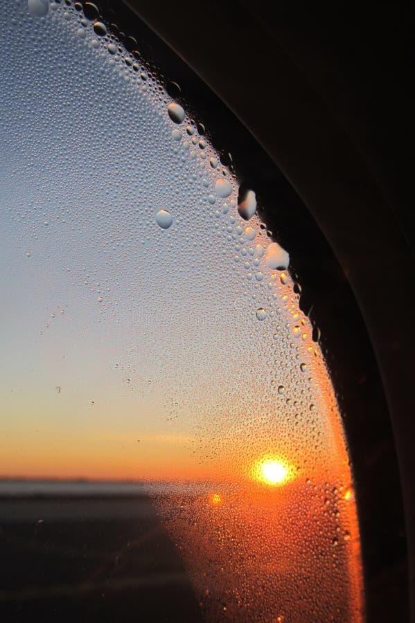 Sonnenuntergang im Flugzeug stockfotos