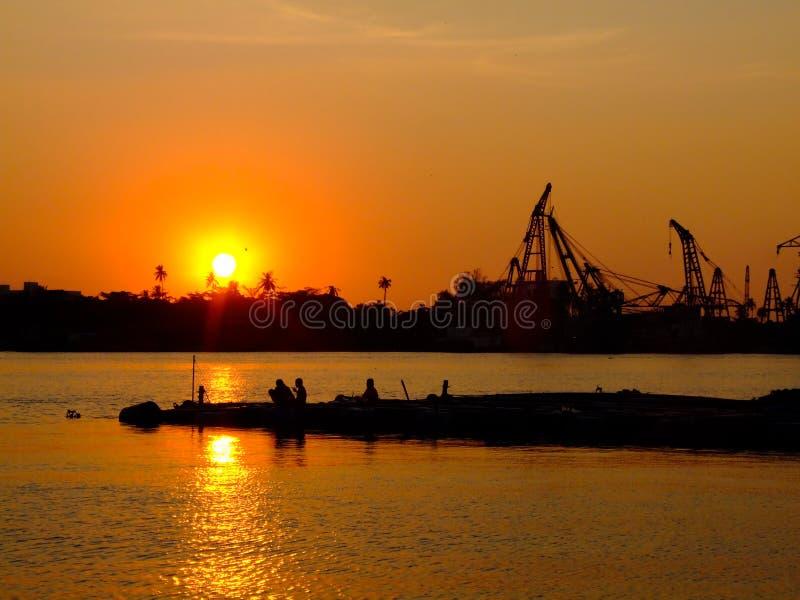 Sonnenuntergang im Fluss lizenzfreies stockfoto