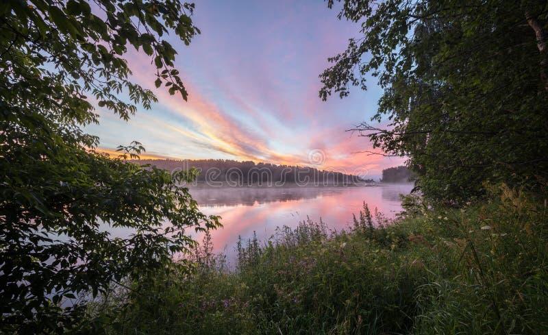 Sonnenuntergang im Fluss mit Reflex lizenzfreie stockbilder