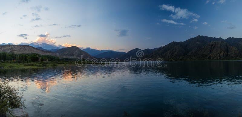 Sonnenuntergang im Gebirgssee lizenzfreie stockfotografie