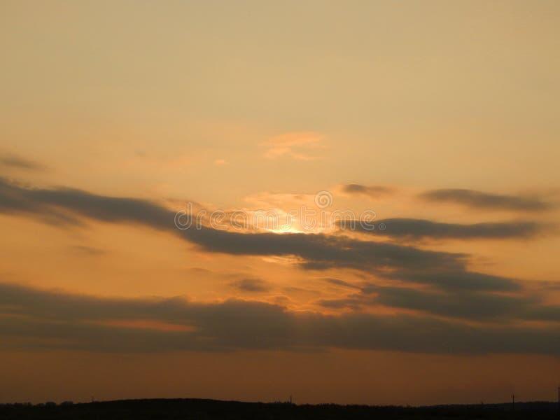 Sonnenuntergang im Himmel hinter den Bäumen lizenzfreies stockbild