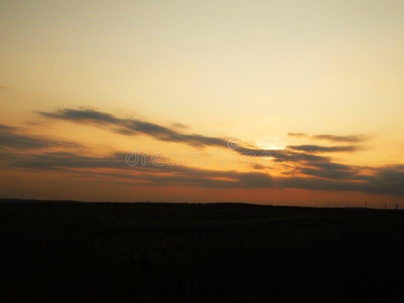 Sonnenuntergang im Himmel hinter den Bäumen stockfotos