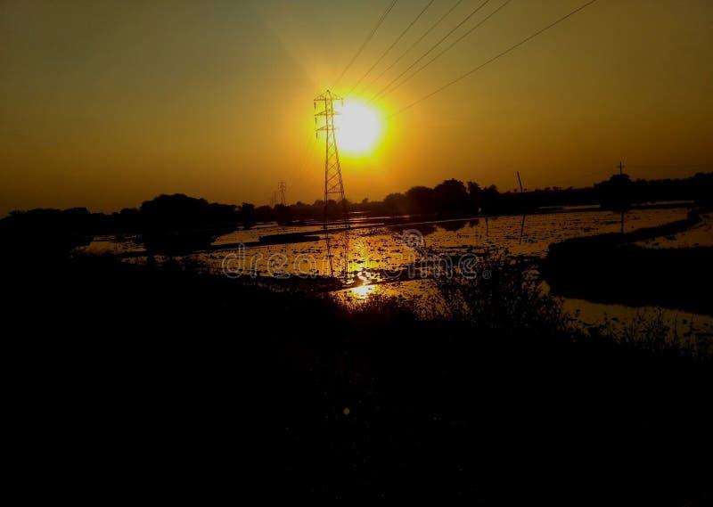 Sonnenuntergang im indischen Dorf lizenzfreie stockbilder