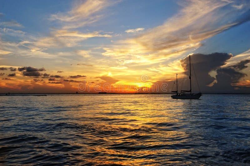 Sonnenuntergang im karibischen Meer auf der Yacht stockfotografie