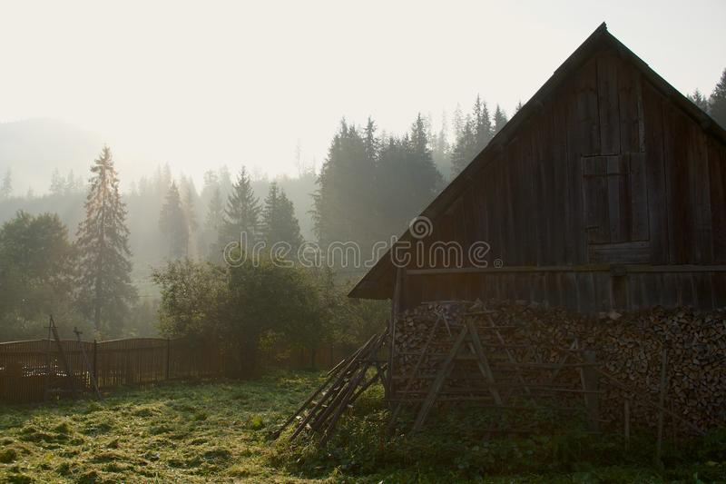 Sonnenuntergang im Karpatendorf lizenzfreie stockfotos