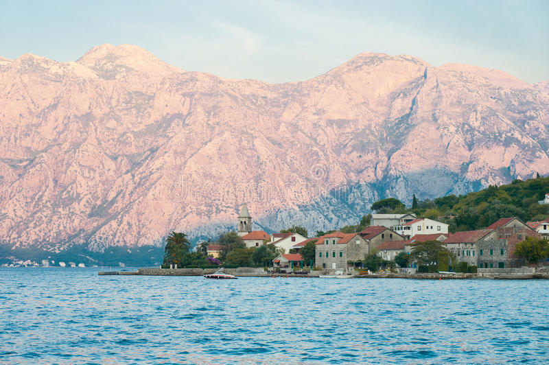 Sonnenuntergang im Kotor Schacht, Montenegro. lizenzfreies stockfoto