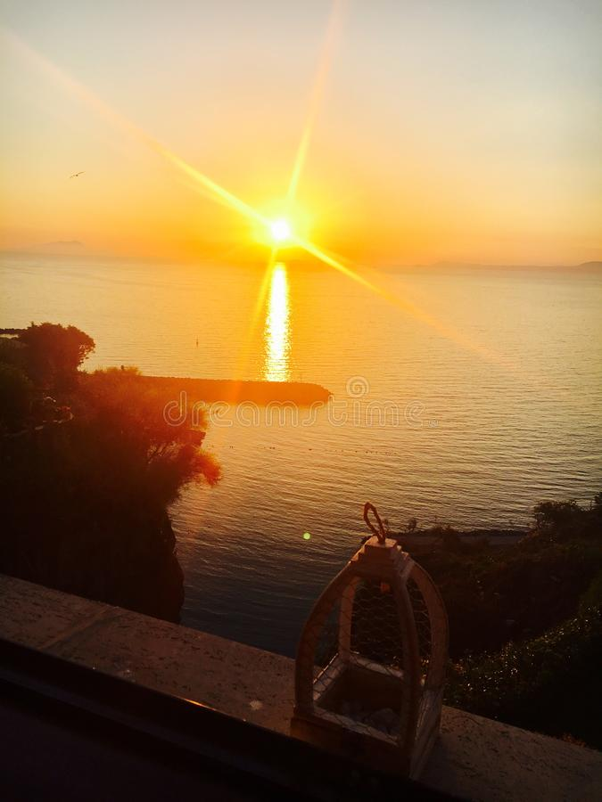Sonnenuntergang im Meer stockfotos