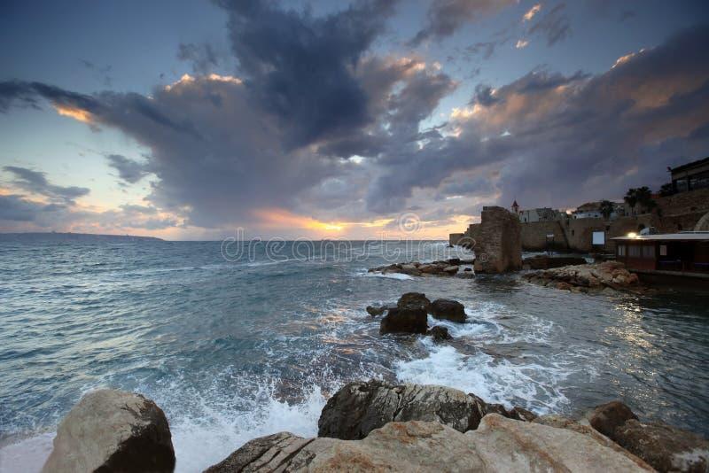 Sonnenuntergang im Mittelmeer am Stadt Morgen lizenzfreie stockfotos