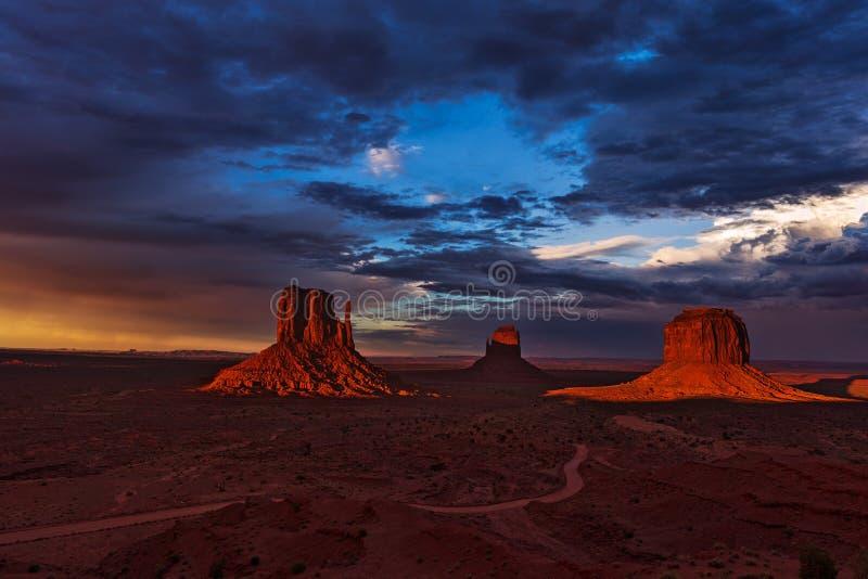 Sonnenuntergang im Monument-Tal, Arizona, USA stockbilder