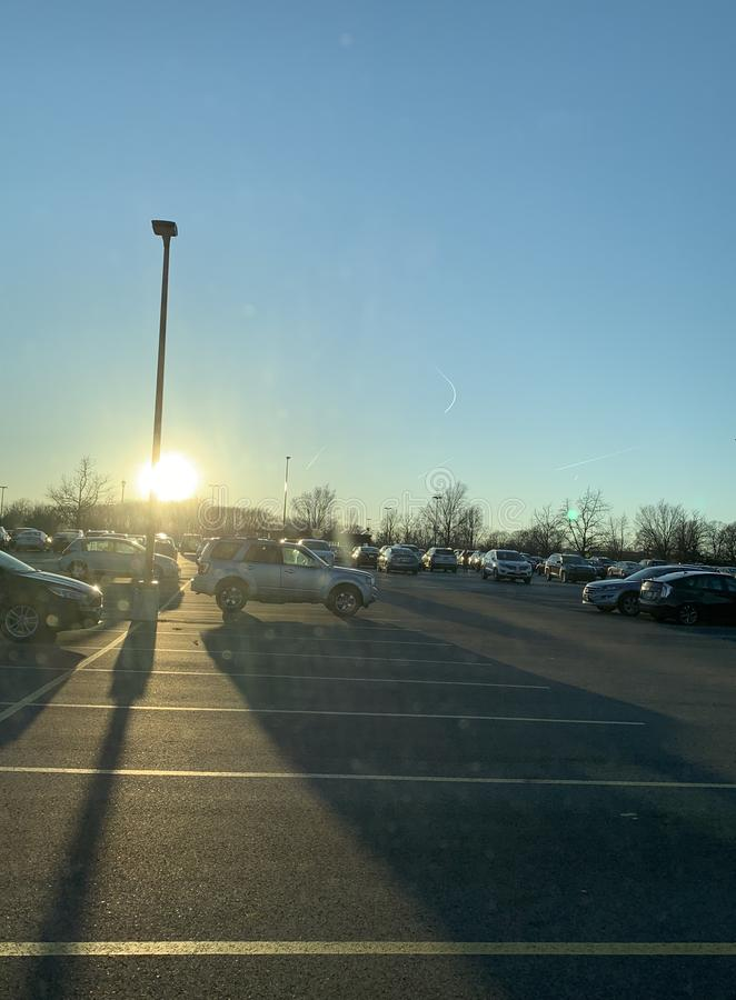 Sonnenuntergang im Parkplatz stockbild