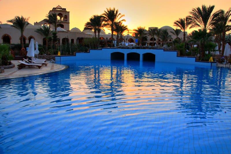 Sonnenuntergang im Rücksortierunghotel stockfoto