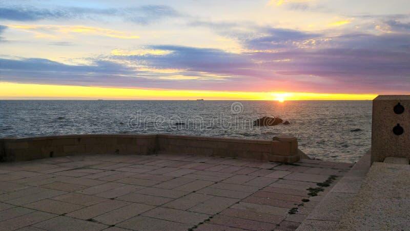 Sonnenuntergang im Rambla von Montevideo stockfotos