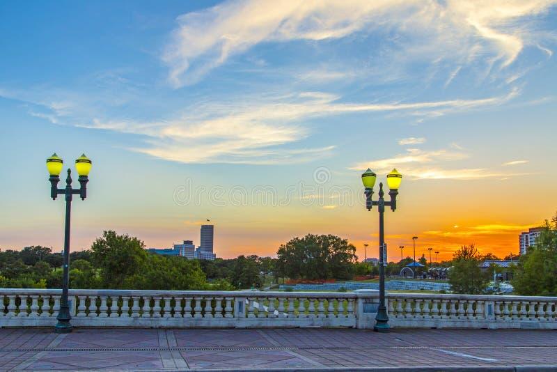 Sonnenuntergang in im Stadtzentrum gelegenem Houston an der alten Brücke mit Laternen lizenzfreies stockbild