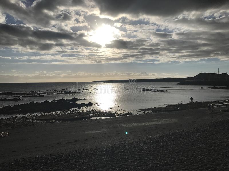 Sonnenuntergang im Teneriffa-Strandruhigen see lizenzfreie stockfotos