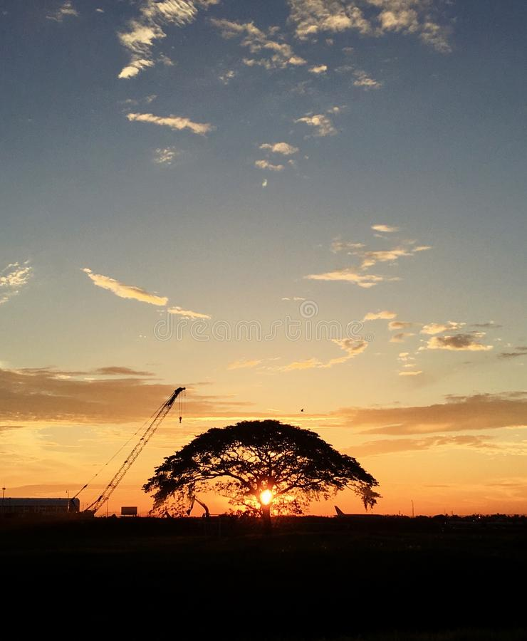 Sonnenuntergang an internationalem Flughafen Soekarno Hatta lizenzfreie stockfotografie