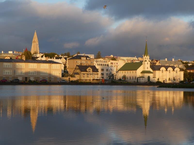 Sonnenuntergang Islands Reykjavik denken über das Wasser nach stockfotos
